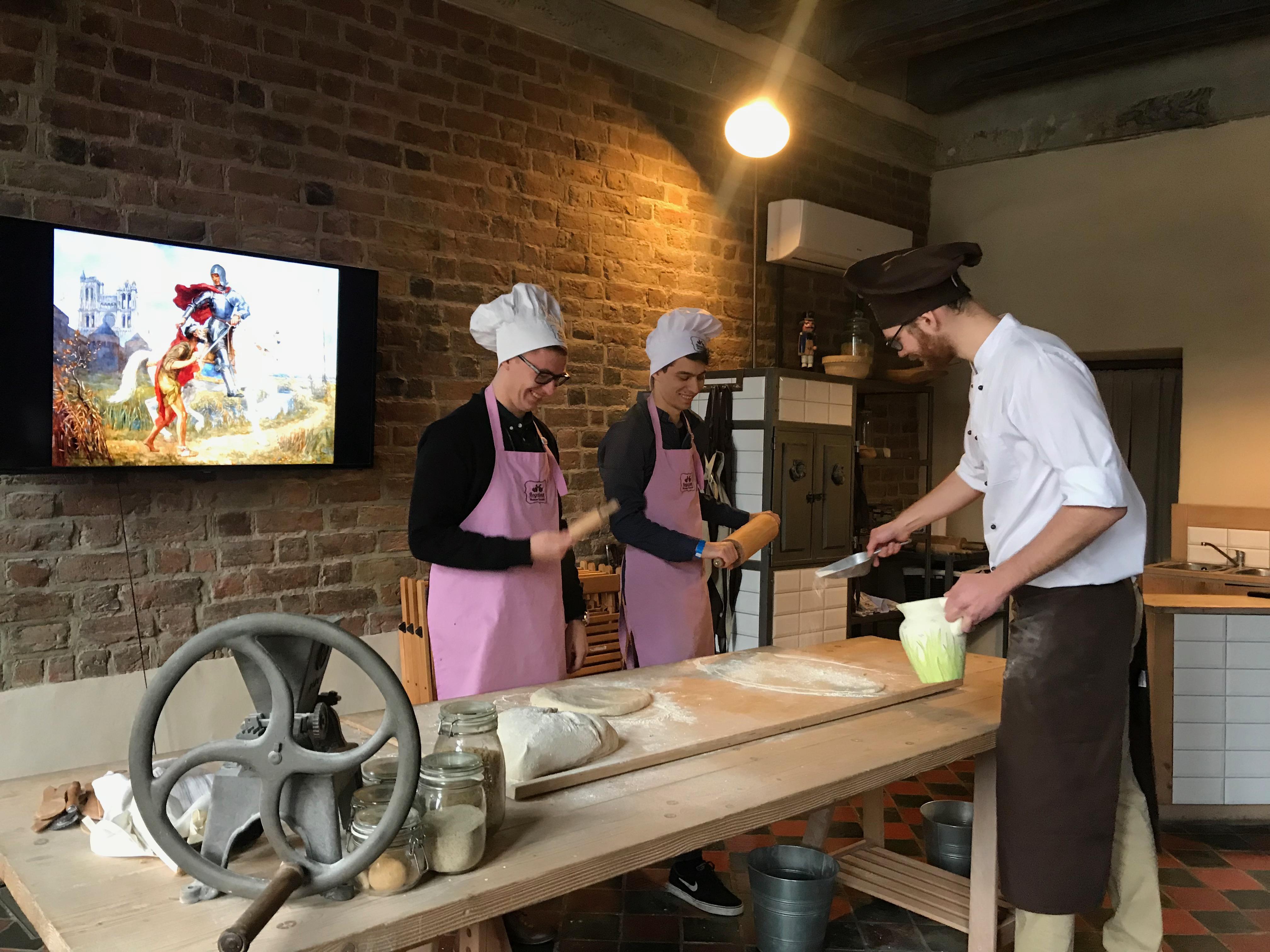W kuchni pracowali również panowie, którzy z ogromnym zapałem tworzyli wypieki.