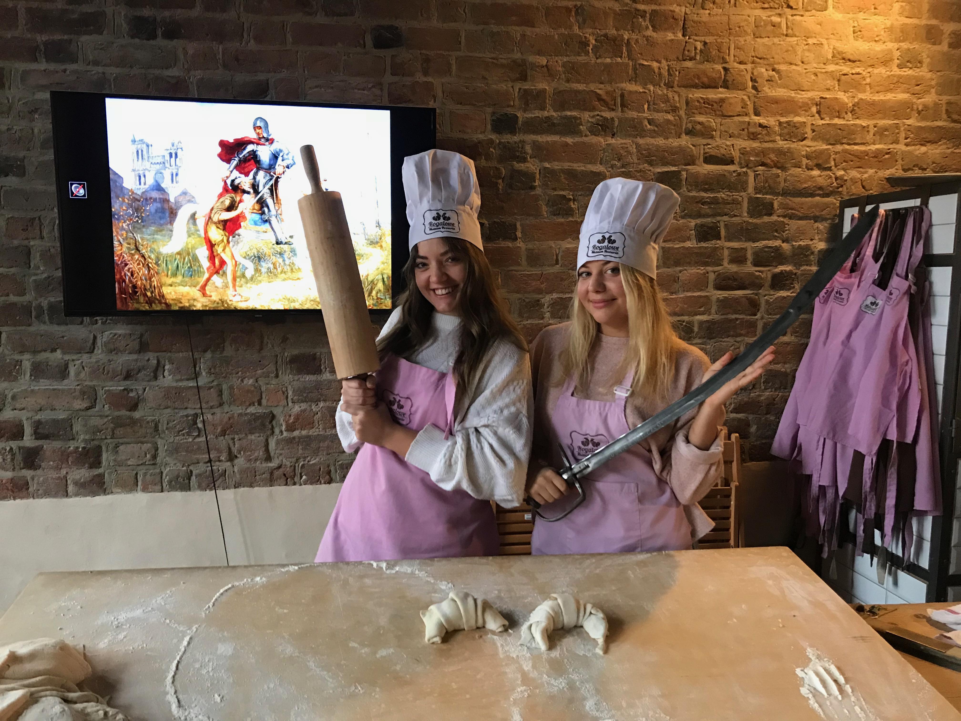 Dziewczyny wzięły sprawy w swoje ręce i z uśmiechem na ustach rozpoczęły prace kuchenne.